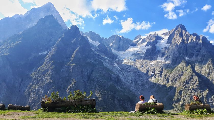 Hikers sitting and admiring the Mont Blanc range ph. Alessandro Bianchet